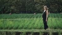 <p>Sabai saat berfoto dengan latar belakang sawah di usia kehamilan 33 minggu. Makin cantik dan glowing ya, Bunda. (Foto: Instagram @sabaidieter)</p>