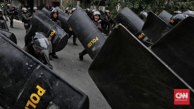 Aparat kepolisian memukul mundur mahasiswa peserta demo menolak omnibus law di Purwokerto dengan water cannon dan gas air mata pada Kamis (15/10).