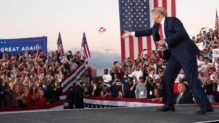 FOTO: Trump Lempar Masker di Kampanye Usai Sembuh Covid-19