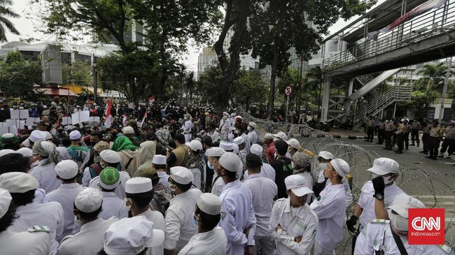 FPI mendesak MPR memakzulkan Presiden Jokowi yang disebutnya sebagai biang inisiator Omnibus Law Cipta Kerja yang mendapat penolakan dari rakyat.