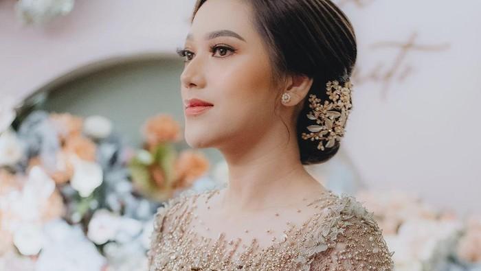 Cantiknya Influencer Nabila Gardena dengan Kebaya Gold Modern Saat Lamaran