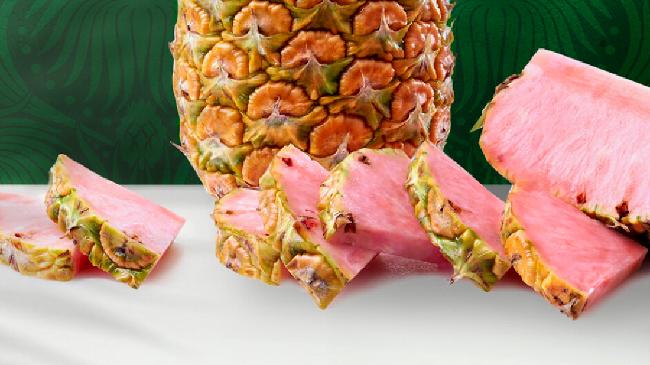 Nanas dikenal dengan daging buahnya yang berwarna kuning cerah. Namun sekarang daging buah nanas tak cuma berwarna kuning semata, tapi juga pink.