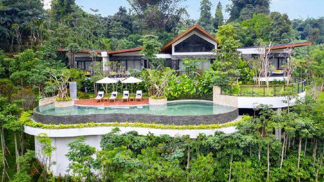 Semakin banyak tempat penginapan baru di Puncak, Jawa Barat. Salah satunya resor yang punya tiga kolam renang ini.