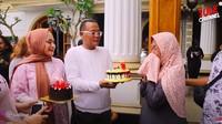 <p>Saat Nathalie Holscher mengejutkannya dengan kue ulang tahun, Engkom Komara tak bisa menyembunyikan perasaannya. Ia tiba-tiba menangis bahagia. (Foto: YouTube Sule Channel)</p>