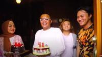 <p>Ibunda komedian Sule, Engkom Komara, baru saja berulang tahun ke-71 tahun. (Foto: YouTube Sule Channel)</p>