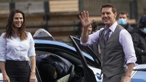 FOTO: Tom Cruise Sapa Fan saat Syuting Mission Impossible 7