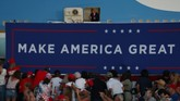 Calon presiden petahana, Donald Trump memulai kembali kampanye pertamanya di Florida pada Senin (12/10) usai dinyatakan negatif corona.