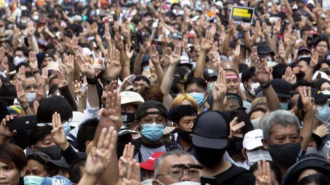 Kepolisian Thailand menembakkan peluru karet ke arah kerumunan demonstran di depan rumah PM Prayut Chan-O-Cha.