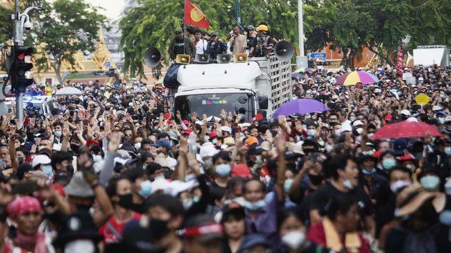 Polisi Thailand menangkap dua aktivis pro demokrasi atas tuduhan melakukan kekerasan kepada Ratu Suthida saat menggelar aksi di Bangkok.