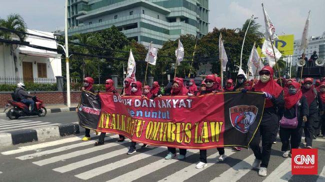 Massa buruh di Tangerang mulai berkumpul di sejumlah titik jelang aksi demo tolak Omnibus Law di kawasan Istana Negara, Jakarta.