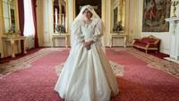 <p>Emma Corrin berbalut gaun pengantin dalam adegan <em>Royal Wedding</em>. Apakah ini juga mirip Putri Diana? (Foto: Twitter @TheCrownNetflix)</p>