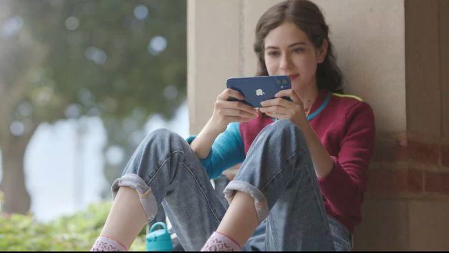 Apple ikuti langkah Xiaomi dan Smsung yang sudah lebih dulu pasang iklan di HP untuk meraup lebih banyak cuan.