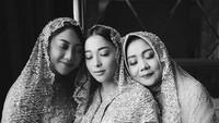 <p>Sebelum acara pengajian, Nikita membagikan momen kebersamaannya dengan sang ibu dan adik tercinta. (Foto: Instagram @thebridestory</p>