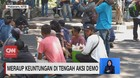 VIDEO: Pedagang Meraup Keuntungan di Tengah Aksi Demo