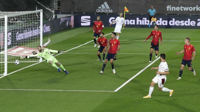 Blunder yang dilakukan David de Gea di timnas Spanyol jadi peluang bagi Dean Henderson untuk merebut posisi kiper utama di Manchester United.