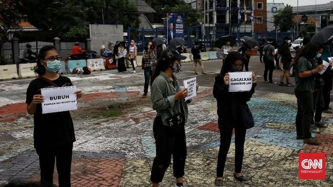 Aliansi Menolak Lupa menggelar aksi damai di Jakarta Pusat. Mereka menuntut agar kepolisian tidak lagi melakukan tindakan represif saat mengawal demonstrasi.