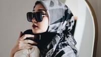 <p>Selain itu, Dian Pelangi, tampak modis dalam balutan scarf dan busana muslim. (Foto: Instagram @dianpelangi)</p>