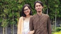<p>Jarang terekspos, rupanya Eross Candra, gitaris band Sheila on 7, dan istrinya, Sarah Diorita, belum lama ini merayakan ulang tahun pernikahan ke-11. (Instagram @sarahcandra)</p>