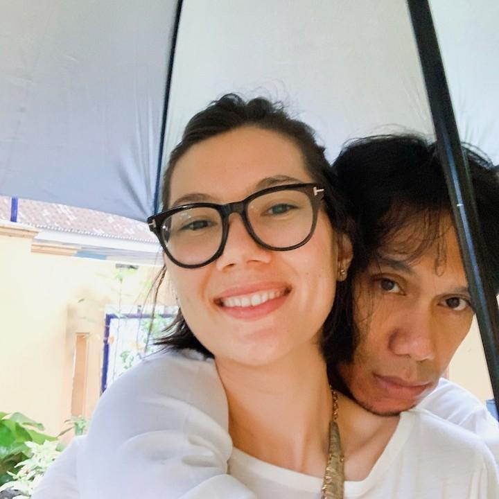 Eross So7 dan istri