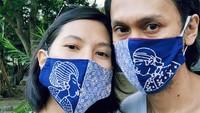 <p>Eross dan Sarah tampak serasi mengenakan masker couple. (Instagram @sarahcandra)</p>