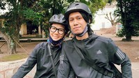 <p>Pasangan ini juga kerap berolahraga bersama, Bunda. Termasuk berkeliling naik sepeda. (Instagram @sarahcandra)</p>