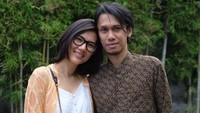 <p>Pasangan Eross Canda dan Sarah Diorita tetap begitu mesra setelah 11 tahun membina rumah tangga. (Instagram @erosscandra)</p>