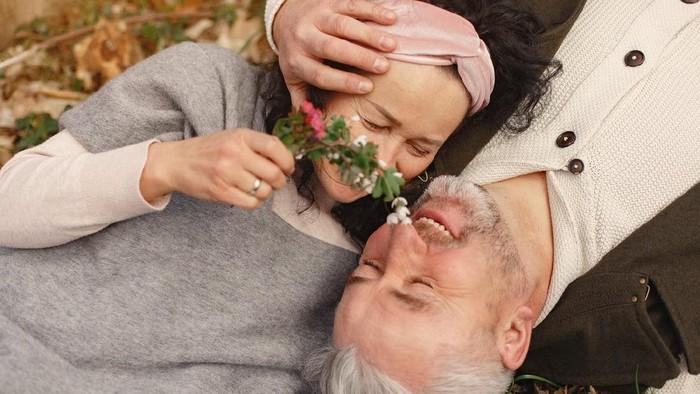 Kiat Agar Jatuh Cinta Terus dengan Pasangan