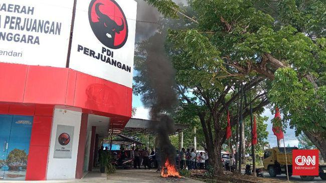 Mahasiswa Kendari berdemo di kantor-kantor parpol pendukung Omnibus Law Ciptaker sambil membakar ban dan berdialog dengan pengurus.