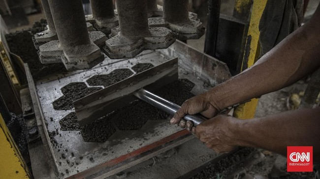 Paving block dari bahan limbah plastik turut mengurangi jumlah sampah plastik di Indonesia.