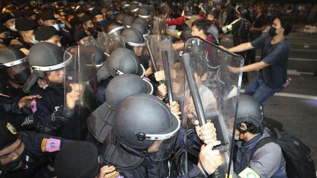 Polisi Thailand menangkap 20 demonstran usai pemerintah menerbitkan dekrit darurat nasional akibat unjuk rasa kelompok pro-demokrasi.