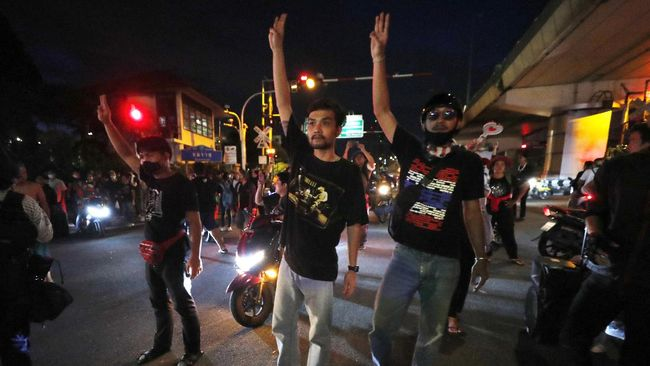 Aparat keamanan Thailand membebaskan 19 aktivis pro-demokrasi yang ditahan di rumah tahanan Bangkok pada Senin (19/10) kemarin.