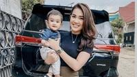 <p>7. Wanita berusia 26 tahun ini berhasil membuktikan bahwa dirinya berhasil menjadi single parent yang tangguh. (Foto: Instagram @rayanurfitrird)</p>