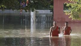 FOTO: Ribuan Penduduk Kamboja Mengungsi Akibat Banjir Bandang