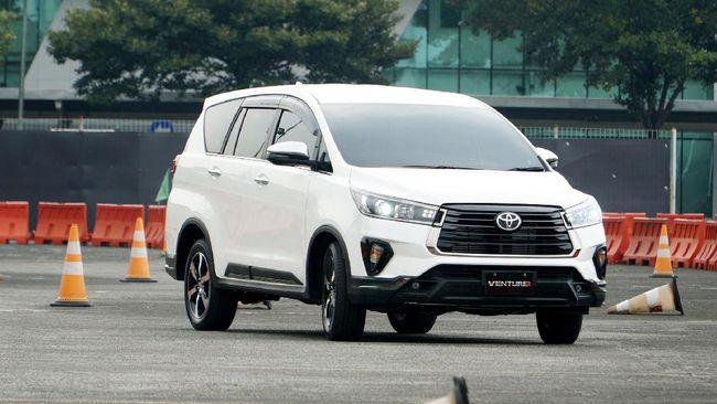 Setidaknya ada 14 mobil hybrid dan satu mobil listrik yang akan diproduksi di Indonesia mulai tahun depan.