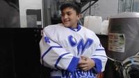 <p>Jarang terlihat di kamera, ternyata anak Anjasmara ini menjadi seorang atlet ice hockey atau hoki es. Bahkan, dia beberapa kali memenangi kejuaraaan. (Foto: Instagram @aruckerman, @anjasmara)</p>