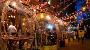 FOTO: Jaga Jarak Fisik, Pelanggan Kafe Makan di Dalam 'Balon'