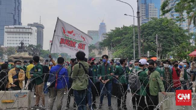 Mahasiswa meminta aparat kepolisian membuka blokade di depan Kementerian Pariwisata agar bisa menyampaikan aspirasi di depan Istana Kepresidenan Jakarta.