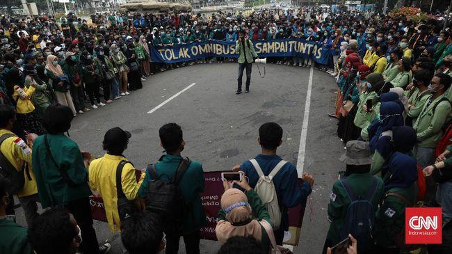 Massa aksi unjuk rasa dari Badan Eksekutif Mahasiswa Seluruh Indonesia (BEM SI) gagal mencapai Istana Kepresidenan Jakarta karena diadang barikade kawat berduri