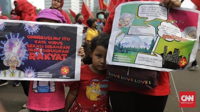Mahasiswa kembali berunjuk rasa menolak omnibus law, Jumat (16/10). Awan mendung di awal demo berubah menjadi hujan deras di tengah demo.