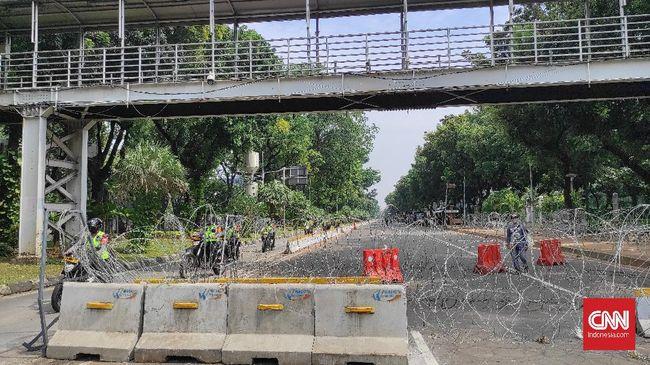 Polisi menyiapkan rekayasa lalu lintas di sekitar Istana Negara untuk mengantisipasi demonstrasi mahasiswa tolak omnibus law bertepatan setahun Jokowi-Ma'ruf.