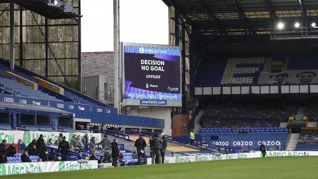 Sejumlah kontroversi mewarnai jalannya pertandingan Everton vs Liverpool yang berakhir imbang 2-2 di Stadion Goodison Park, Sabtu (17/10).
