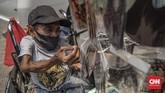 Budi (39) sebagai seorang pedagang difabel turut mencari rezeki dengan menjajakan masker di tengah pandemi.