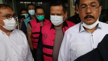 Dua jenderal Polri tersangka kasus Djoko Tjandra menerima jamuan ketika diserahkan ke Kejaksaan Negeri Jaksel. Mereka tiba mengenakan seragam dinas kepolisian.