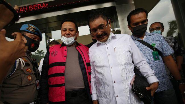Kajari Jaksel Anang Supriyatna mengatakan pemberian jamuan itu bagian dari layanan publik. Ia mengklaim di tingkat Kejagung dan KPK juga melakukan hal serupa.