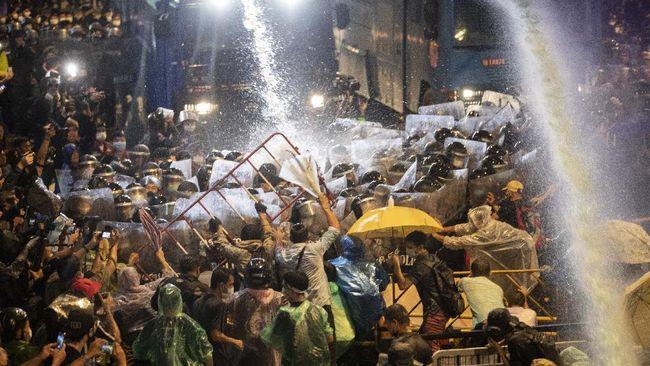 Thailand saat ini sedang menjalani kondisi darurat nasional usai demonstrasi besar terjadi menuntut perdana menteri turun jabatan.