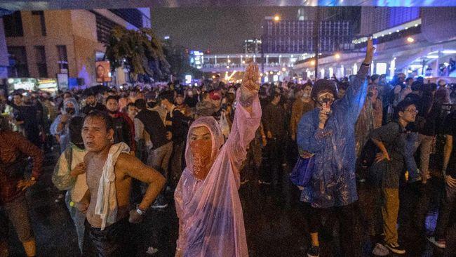 Aksi demo kelompok pro-demokrasi Thailand di tengah rapat parlemen membahas usulan amandemen UUD berakhir bentrok.