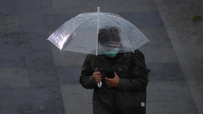 BMKG memprakirakan sejumlah wilayah DKI Jakarta akan diguyur hujan disertai petir dan angin kencang hari ini, Minggu (31/1).