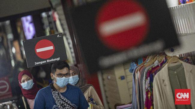 Epidemiolog Fakultas Kesehatan Masyarakat Universitas Indonesia Pandu Riono mengidentifikasi kasus pertama pada awal Maret sudah merupakan transmisi lokal.