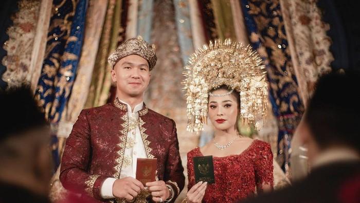 Resmi Menikah, Nikita Willy Tampil Cantik dengan Suntiang