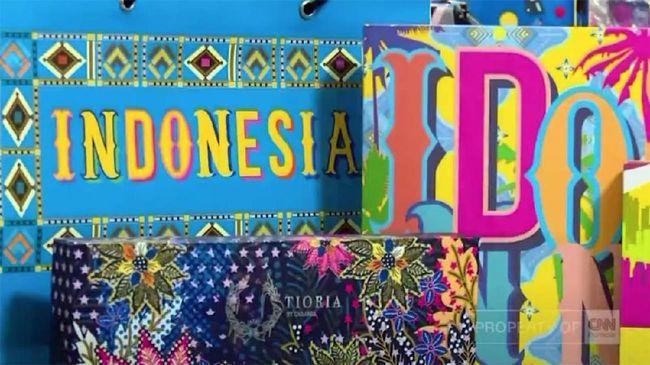 Bergaya pop art dan menggunakan warna-warna cerah, Tioria menghadirkan keunikan Indonesia seperti bajaj dan becak dalam berbagai desain.
